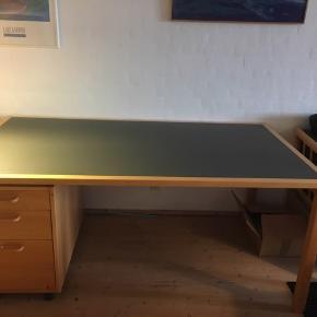 Skrivebord med linoleumsbordplade. Træet er i bøg. Skufferne på hjul, under bordet, følger med.  95 cm dybt. 170 cm bredt. 72 cm højt.