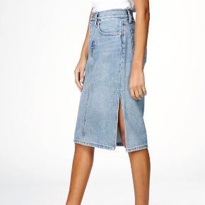 OBS, kanten på min er klippet så den får et lidt mere råt look :-)  Tags: Zara, Other Stories, Weekday, denim nederdel.