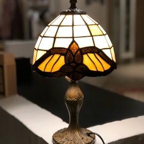 """Den smukkeste mosaik bordlampe. Glasskærmen er sammensat af tusinde små stykke glas. Helt unikt. Selve """"kroppen"""" er udført i  massivmessing på smukkeste vis.  Her er lampen til feinschmeckere. I perfekt stand og uden skader og skår.  En lampe, der ikke laves mere. Ægte vintage.  Højde 37cm Omkreds 63cm"""