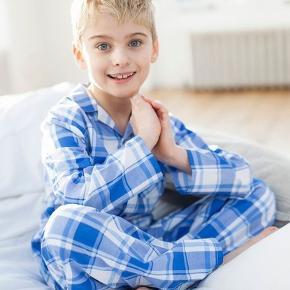 NYT - Pyjamas i lækkert klassisk design.Skjorten er med krave, bryst lomme og lukkes med knapper. Buksen har elastik og bindebånd i taljen.  Tilbage i str. 6/7 år.  100% bomuld. Prisen er incl forsendelse.  Vejl pris kr 259.