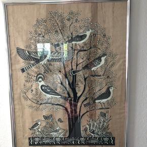 """Flot papyrus håndmalet billede med alu ramme: Forestiller """"Livets Træ"""" - malet med farve der opbevarer og opsamler lyset så det lyser i mørke Købt i Egypten!  Flot robust slebet alu ramme medfølger . God kvalitet   Afhentes på adressen!!"""