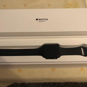 Apple iWatch serie 3, 42 mm i space grey. Lækkert ur men mange funktioner. Er pænt og velholdt. Sælges da jeg har købt et nyt. Er ca. 1 1/5 år gammelt.