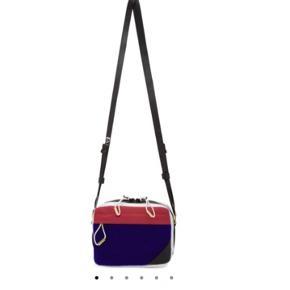 Acne Studios Blå Konst Hidey taske Den er købt i Stoy i sidste måned for 900 kr Den har nogle små mærker indvendigt som ses på billedet, men de er ikke tydelige. Der er ingen brugsspor udvendigt  Google evt selv model navn for flere billeder 🌻