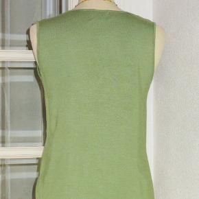 Lækker top med strech. Farven er lys grøn Materialet er 92 % viscose + 8 % elastan.   Brystvidde: 43 cm - max 53 cm x 2 Hoftevidde: 46 - max 57 cm x 2  Længde: 58 cm  Ingen byt, og prisen er fast