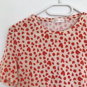 Gammel Stine Goya kollektion. T-Shirten er brugt og er blevet lidt slidt i vask, men fremstår stadig fin. Str. S