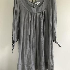 Varetype: Kjole Farve: Grå Oprindelig købspris: 1000 kr.  Super fin kjole fra Day. Detajler ved ærmer. Længde på kjole ca 90cm.    MP kr. 150