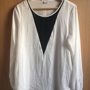lækker bluse fra Jacqueline De Yong str. 38 sort/hvid - 100 % polyester næsten som ny bud fra 100 kr + evt. forsendelse  *Handel kan foregå kontant, via TS, bankkonto & Mobilepay*
