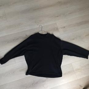 Acne studios cropped sweatshirt   Har et lækkert fit, god kvalitet Købt i Illum til 1600kr  Tag den for 500kr Fitter cirka 175-185
