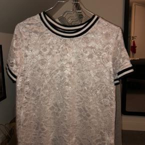 Super fin t-shirt fra mærket pigalle (købt i only). Den er maks brugt 5 gange og derfor helt som ny. Super fed med en top inden under, da den er lidt gennemsigtig.