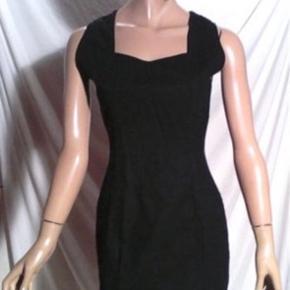 Denne kjole er en vintage model i rigtig fin stand. Købt gennem Catawiki der garanterer for ægthed. Det er en størrelse 36(fransk 38) Kom gerne med et bud.