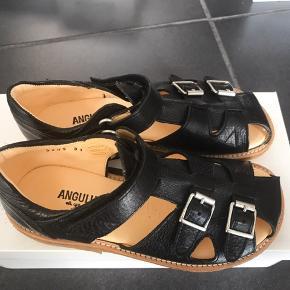 Klassisk sandaler, model 5205 i sort samt spænder.   De passer til en normal til bred fod og har velcrolukning - de er nemme at tage på.  De kommer den orginale kasse.  STR: 20,8 cm  Det er fast pris og vi tillader os ikke at svare på bud/bytte.   Normalpris: 900,-  MP 480,-plus fragt