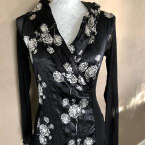 Super udsalg.... Jeg har ryddet ud i klædeskabet og fundet en masse flotte ting som sælges billigt, finder du flere ting, giver jeg gerne et godt tilbud..............  Elegant Mongul bluse med transparente ærmer. Brgt 3 gange - som ny