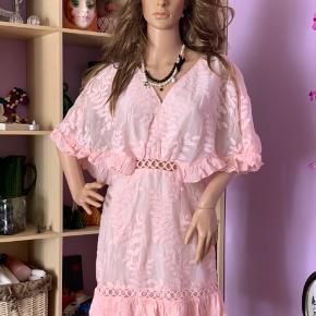 """Lys rosa kjole m/ hulmønster og lynlås halvt bagpå og knap i nakken , skørt  indenunder """"nederdelen"""" og Bar ryg  Kun prøvet på og prismærket klippet af. Mærke : simplee   96% cotton 4% elastik"""