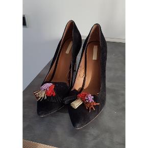 Skønne heels i ruskind med farverige kvaster. Der står str. 41 I skoen, men jeg er en str.40 (bred fod) og passer dem helt perfekt. Bruges ikke længere grundet graviditet nypris 600kr