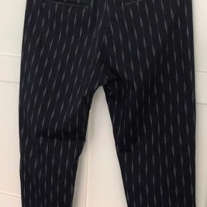 Fine og anvendelige Munthe bukser. Der er fine skindkanter på lommer og linning Lgd 90 cm og livvidde ca 41 x 2 cm   Porto betales af køber med 45 kr.