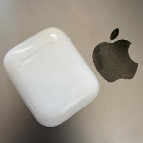 - Apple AirPods købt i Dec 2019  - Begge høretelefoner fungerer perfekt samt opladningscase uden nedsat batterifunktion.  - Opladningcasen har få brugstegn da jeg ikke har haft cover på!