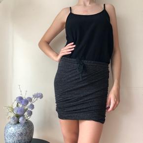 Flot mørkegrå nederdel - brugt få gange 🌸