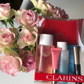 """Clarins følgende skønhedsprodukter:    """"Instant Eye Make-Up Remover"""" 50 ml. """"Instant Light Natural Lip 01 Rose"""" 5 ml. """"Mascara Supra Volume 01 Black"""" 3,5 ml. """"SOS Hydra - Hydration Mask"""" 15 ml.  """"Water Comfort One-Step Cleanser"""" 100 ml.   BEMÆRK: Produkterne er travelsize 🌾🐚  Byd gerne kan både afhentes i Århus C eller sendes på købers regning 📮✉️"""