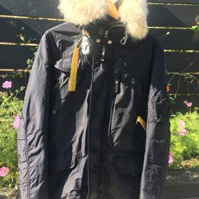 Vinteren er på vej, skal du være klar?🌨⛄️❄️ NY NEDSAT PRIS! Sælger denne fantastiske Parajumpers jakke, som du med garanti ikke kommer til at fryse i!  Jakken er købt i 2016 i Bergen, Norge.  Nypris er 8499 NKK/ 7000,- DKK.   Den er størrelse Small, og det svarer til en mand mellem 170-180 i højde, så passer den perfekt.  Den er brugt i 2 sæsoner, men fremstår næsten som ny, f.eks slet ikke slidt på ærmerib. Lille ubetydelig skramme ved siden af lynlås, se sidste billede med pile. Jeg står 100% indenfor autencitet på jakken.  - Farve mørk Navy, fremstår næsten sort - Certifikat haves - Hangtags haves - Kvittering haves  - 100% autentisk  - Mp: 2500kr, nu 2100kr.