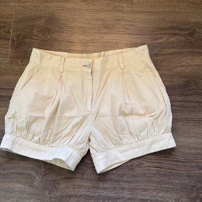 """Smukke specielle shorts i en god kvalitet og et sjovt design.  Har haft dem syet lidt ind, så der er lidt trådhuller som forsvinder ved næste vask.  Mærket er """"Fiorucci"""" Desværre for store til mig."""