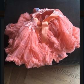Dolly le Petit brusende nederdel i ferskenfarve.