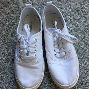 Sælger mine sko fra H&M. Har maks brugt dem to gange og sælger dem da de er alt for små  Ville være fine til at male eller ligende for at gøre dem mere personligt