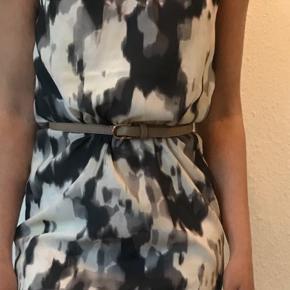 En fin sommerlig, blomstret kjole i størrelse 34 fra H&M. Den er kun brugt få gange om sommeren, men fremstår ellers som ny 🍃 Bælte medfølger ikke!