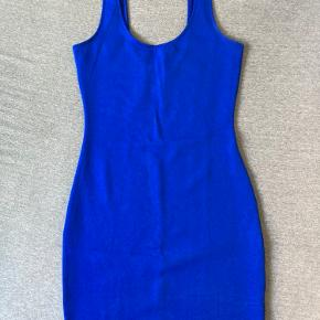 Flot blå kjole fra Divided, aldrig brugt. **Kan hentes på Amager eller Frederiksberg**