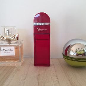 Skønne dufte, alle er brugt meget lidt. Der er ca 3/4 tilbage.  Miss Dior, mp kr 200 pp Red Door, mp kr 75 pp DKNY, mp kr 100 pp