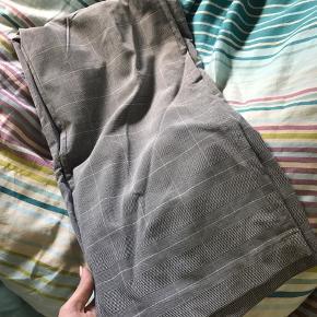 Bukser med bindebånd fra pieces, de er ternet, løse i bene og højtaljet