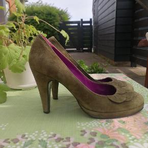 Smukke heels I den skønneste farve.