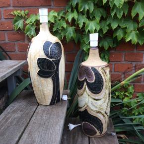 Søholm lamper. To gange Nomi Backhausen Håndmalet design. Den venstre er nr. 3084-3 er 46 cm høj inklusive fatning med afbryder. Pris 775 kr. Den højre er 52 cm høj inklusive fatning med afbryder. Pris 1.150 kr. Begge i perfekt stand.