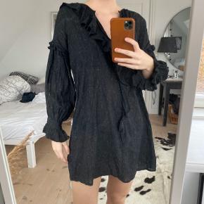 Zara kjole i sort med fryser og lidt glimmer strenger i stoffet  Str. XS (svarer til en Small)  Brugt 2 gange. Fejler intet
