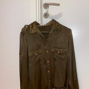 Grøn Ganni skjorte i 100% Viskose. Den er stadig i rigtig fin stand og sælges grundet jeg ikke får den brugt længere. Spørg gerne for flere billeder. Køber betaler fragt.