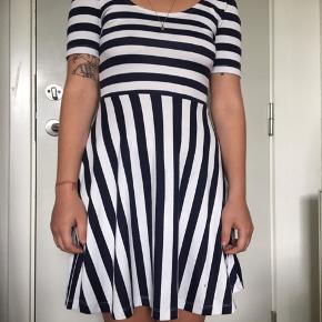 Kjole med pariser vibes - har den fineste ryg 👩🏻🎨🥐☕️  #30dayssellout