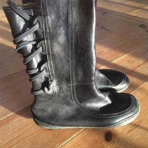 Varetype: støvler Farve: Mørkebrun Prisen angivet er inklusiv forsendelse.  Lækker Camper støvler i brunt læder med lynlås i siden og snørre bagpå. Sidder virkelig behageligt. Blødt læder og lækker pasform. Kun meget lidt brugt og dette ses ikke på støvlen