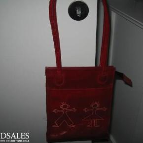 Brand: lædertaske Varetype: taske Størrelse: se billede Farve: rød Oprindelig købspris: 300 kr.  Sød skindtaske, mindstepris 150pp. Bytter ikke :)