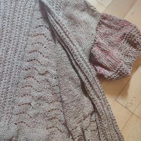 Hjemmestrikket cardigan af blanding mohair og merino uld med puff-ærmer