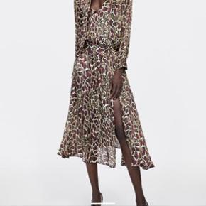Jeg overvejer at sælge dette smukke sæt. Det er en nederdel med slids og en matchende bluse i et lidt oversize look.