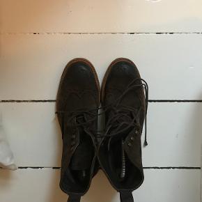 Super fine støvler fra The Last Conspiracy. Nærmest ikke brugt.   Skriv til 20747002 for flere billeder. Kan afhentes i København, på Nørrebro.