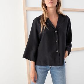 Smuk sort skjorte i silke med trekvarte ærmer og slidser fra & Other Stories. Den var ret nedringet, så jeg har fået syet en ekstra knap i hos en skrædder. Det er den samme knap som allerede sidder i skjorten.