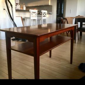 Nedsat! Godt køb!  Super flot retro sofabord. Jeg har selv købt det for nogle uger siden for 1.000 kr  i en retro møbelbutik. Bordet er lidt for højt til vores stue. 100 cm lang, 52 cm bred, 65 cm høj.