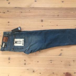 Helt nye Friday jeans fra Weekday. Regular waist // slim leg  Prisen fra ny var 350kr.