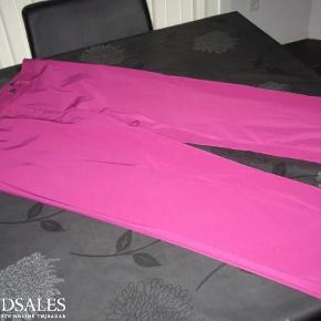 Varetype: trekvart bukser Farve: cerise Oprindelig købspris: 899 kr.  Livvidde 86 cm, bytter ikke, indvendig benlængde 60 cm, mindstepris 200pp