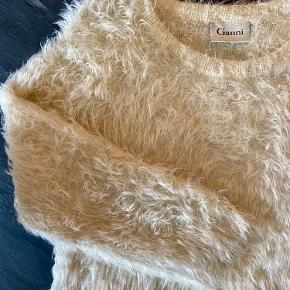 Blødeste fluffy GANNI strik. Aldrig brugt, har bare hængt i skabet. Fitter en smule løst/oversized og er fantastisk at have på.