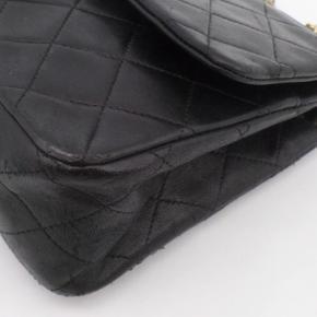 """Sælger denne Chanel double flap taske. Den er brugt flittigt, men stadig passet godt på og den har så mange gode år endnu! Som man kan se på et af billederne, er læderet lidt """"nuldret"""" ved kanterne. Låsen på den har et lille knæk indeni, men den lukker stadig som den skal og det er bestemt ikke noget der ødelægger tasken. Sælges for 14900 i en hurtig handel! :)"""