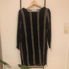 Smuk kjole fra Samsø Samsø i mørkeblå/sort med striber