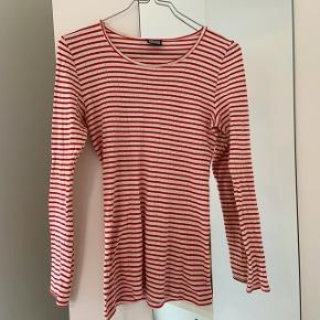 Rød stribet Nørgaard på Strøget tshirt. Det er den korte model og striberne er smalle. Blusen er et par år gammel, men har ingen mærkbare slidtegn.