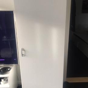 Hvidt skab, med bøjlestang.  Højde: 175 cm Bredde: 60 cm Dybde: 50cm