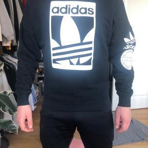 Adidas originals sweater  Fed detalje med lynlås i siden (se billeder)